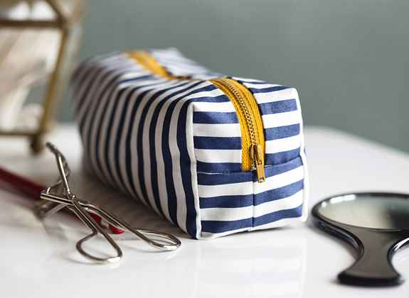 trousserayeehttpsayyes.com201204diy-mini-boxy-makeup-bag.html